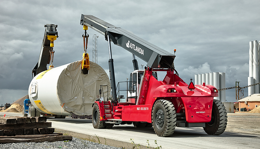 UNIQUE PARTNERSHIP WITH KONECRANES ABOUT A NEW 100 TONS REACH STACKER
